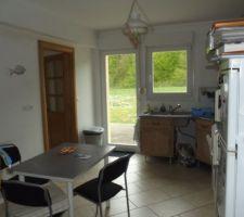 autre vue de la cuisine avant les travaux c est a dire avec le mur