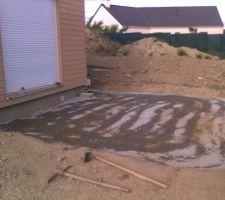 mise en place d une couche de gravillon qu on a tasse a l aide d une dameuse pour stabiliser le sol