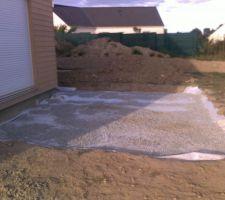 pose du tissu geotextile par dessus le sol dame puis mise en place d une fine couche de gravier pour le maintien