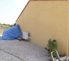Côté de la maison où sera construit l'abri pour la voiture en bois et toit en tuiles et il fera (6X3)