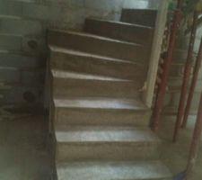 Escalier partiellement décoffré