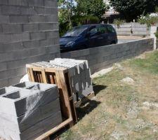 construction du muret destine a recevoir des grilles coordonnees au futur portail coulissant