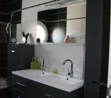 Tout au long de la construction nous avons été systématiquement attirés par le gris. Nous voulions une SDB sobre et contemporaine. Nous avons été très contents du résultat : on la trouve plutôt chic. Pour les touches de couleur, il suffira de mettre des accessoires de couleur, des jolies serviettes de bains par exemple.