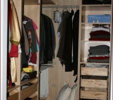 Voici le dressing couleur bouleau pris chez notre ami le suédois. Dommage que leur solution d'angle fasse perdre de l'espace de rangement mais les tiroirs sont supers pratiques.