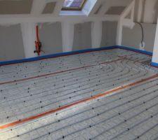 Plancher chauffant hydraulique installé au demi-niveau