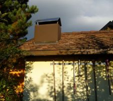 Cheminée du barbecue en sortie de toit de la pergola