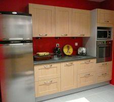 Une partie de la cuisine : le coin rouge.
