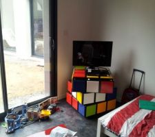 Chambre de mon fils, avec son rubic cube , fait maison.