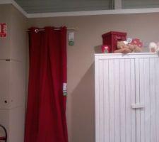 La dernière chambre n'est pas faite mais j'ai retrouvé un rideau rouge quasi identique du côté de chez moi (Alinéa c'est pas à côté... snif...)