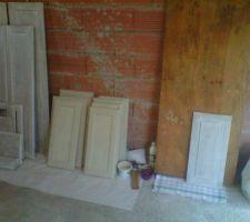 Les différents rendus du bois selon l'avancement. La grande planche donne un aperçu de l'ancienne couleur des façades bois. Au milieu, les façades une fois poncées/décapées (chimique)/poncées