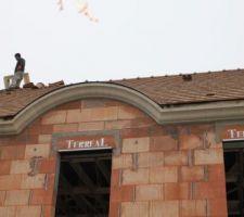 couvreurs en train de poser le chapeau du conduit de cheminée