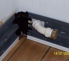 Bureau: travaux de finitions en cours. Installation électrique. Tuyau en fonte pour la sortie du radiateur.