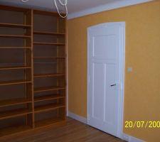 Bureau: travaux de finitions terminés. Installation d'une étagère.