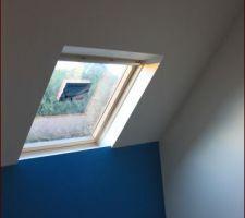 Chambre 2 : peinture odacieuse couleur du bleu obtenue manuellement le choc des deux couleur avec le jeux des lumières ne laisse pas indifférent.