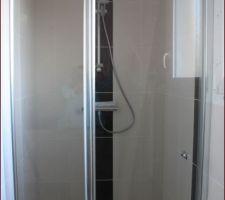 Salle de bain du rez de chaussé avec la paroi de douche.