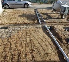 Préparation entrée de garage avec 2 caniveaux (devant garage et milieu de dalle)