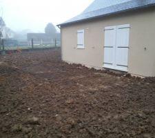 Arrière de la maison avec emplacement de la future terrasse!