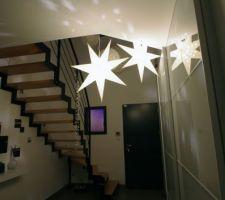 Début de la déco de Noël... étoiles Ikea dans l'entrée (on voit le détail dans le reflet)
