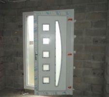 La porte d'entrée côté intérieur blanc côté extérieur bordeau