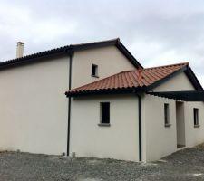 Débords de toit PVC noirs avec menuiseries et goutières alu RAL 7016 (maison témoin que Maisons Février nous a suggéré d'aller voir pour visualiser le résultat des deux)