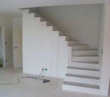 l escalier de l etage en cours de ravalement avant peinture