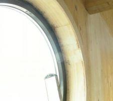 Photo après pose des baies vitrées   trace de moisissures dues au mauvais calfeutrement   trace de mastic bois qui n'est pas de la même couleur que le bois   trace de ponçage sur le mur en arrière après réparation des écartements