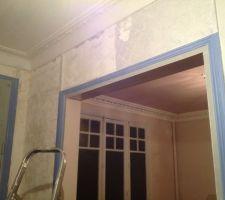 Décollage d'enduit ciré dans l'entrée... Je maudis les anciens proprios !!  Admirez le plafond rose des mon salon... Naaan je plaisante, c'est horrible comme le reste !!!