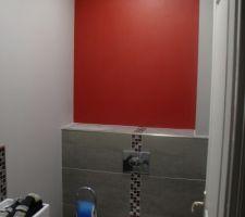 Une touche de rouge carmin sur le mur du fond.