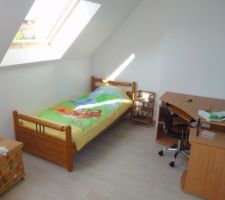 Voici la chambre de notre aîné, elle est orienté au nord mais bénéficie de beaucoup de lumière grâce aux 2 fenêtres de toit