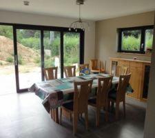 voici notre salle a manger elle est ouverte sur le jardin et la terrasse mais aussi sur le salon et la cuisine