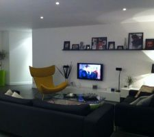 etageres de chez ikea pour placer les photos et habiller enfin ce grand mur blanc