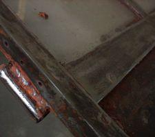 Décapage en cours des portes de l'ancien atelier