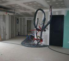 Garage avec accès cuisine à gauche.