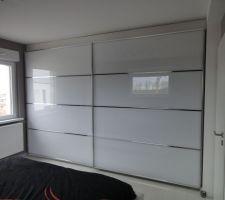 notre armoire enfin montee elle reflete bien les exterieurs car fenetre en face et vue sur les grues