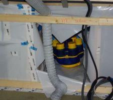 Installation de la VMC simple flux hygro BBC à l'étage.