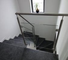 Vue depuis l'étage. Garde corps en verre et rambarde et main courante en inox
