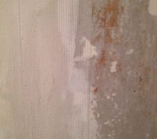 Système pour assurer laliaison entre une poutre en bois et un mur en mâche fer recouvert de plâtre et d'enduit