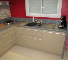 Evier cuisine - le lave vaisselle est derrière le panneau à droite sous l'evier