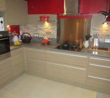partie cuisson de la cuisine les etageres sont fixees avec des supports encastres invisibles
