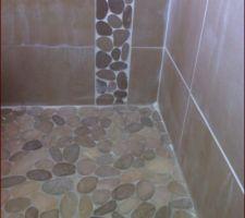 Joints des galets blancs au mur, gris au sol