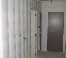 Le papier peint dans le couloir d'accés aux chambres d'enfants