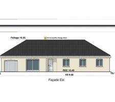 Voici la façade de notre maison. Maison droite et simple d'une superficie de 130 m² plus un garage de 18 m².