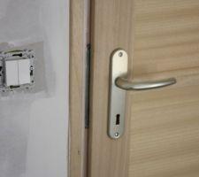Bizarre ce bout de métal qui apparait au niveau de la serrure. La porte ne recouvre pas correctement le bâti.