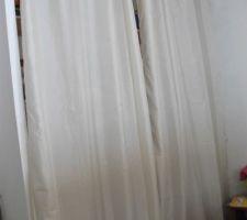 Pareil un rideau pour caché un placard dans le mur dans la chambre ami pour l'instant