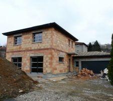 Vue la facade principale suite à la mise en place des menuiseries.