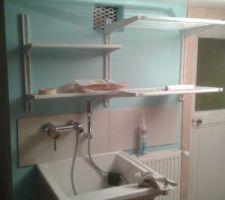 Pose étagères au-dessus bac à laver
