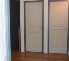 Les chambranles des portes de l'étage peints en gris