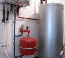 L'unité intérieure, mise en place dans le cellier, comprend le système hydraulique, l'échangeur de chaleur à plaques en acier inoxydable, le circulateur de marque LOWARA - ITT à vitesse variable à haut rendement (série EV : Ecocirc Vario) , un vase d'expansion supplémentaire de 25 litres, une soupape de sécurité et un ballon tampon isolé de 200 litres (marque : Viessmann , type Vitocell 100-E) dont la fonction est de garantir une température de l'eau stable en tout temps. L'unité intérieure bénéficie de la régulation Vitotronic 200. Il s'agit d'un écran qui sert à assurer le pilotage et la maintenance de la PAC : le menu de réglage, structuré de manière logique et facilement compréhensible, l'affichage rétro-éclairé, contrasté et très lisible guident l'utilisateur. Enfin, une fonction d'aide informe sur les étapes à suivre en cas de doute. Température de départ maximale : jusqu'à 55° à une température extérieure de -15°. En dessous de de -15°, un système chauffant électrique intégré 3/6/9/KW prend le relais et devrait maintenir ainsi la température intérieure même par grand froid à l'extérieur.