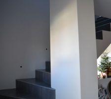 L'escalier menant à l'étage à ce jour les spots aux murs ont été installés
