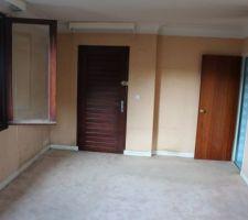 2* chambre du 2* étage avec sa salle de bain et sa porte donnant sur l?extérieur , future chambre parentale avec salle de bain ouverte